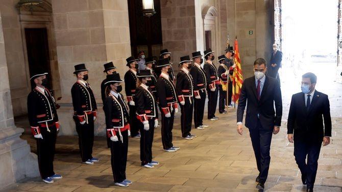 Pedro Sánchez i Pere Aragonès entren a Palau amb la presència d'un escamot de gala dels Mossos