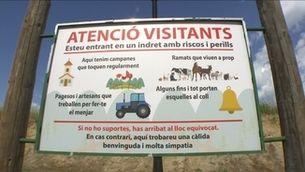 Un cartell a l'entrada d'un poble al Priorat alerta que els visitants són en un indret perillós