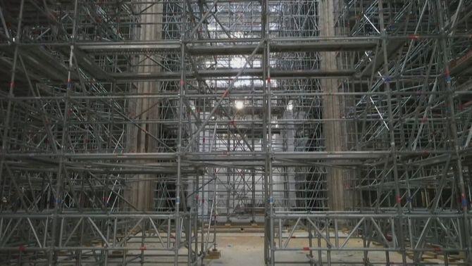 L'interior de la catedral està encara ple de bastides