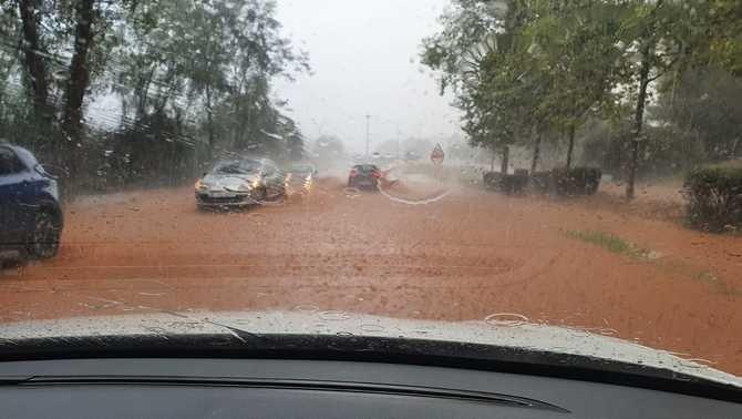 Diversos vehicles s'han trobat amb un mar d'aigua que feia difícil avançar entre Castellar del Vallès i Sabadell