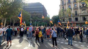 Els manifestants contra la detenció de Puigdemont tallen la Diagonal de Barcelona