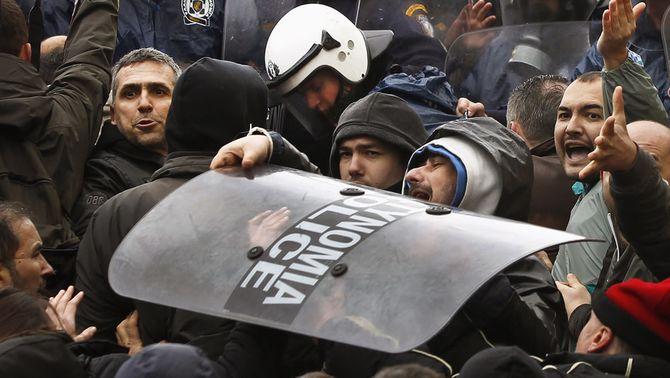 La vaga general a Grècia desemboca en enfrontaments entre policies i manifestants