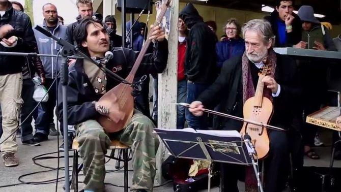 """Jordi Savall i el jove afganès tocant a """"la jungla"""" de Calais"""