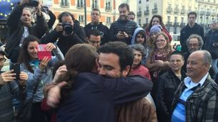 Iglesias i Garzón s'abracen a la Puerta del Sol, minuts després de fer-se públic l'acord entre IU i Podem (@ahorapodemos)