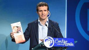 Pablo Casado, aquest dimarts, mostrant la documentació del seu màster presencial (EFE)