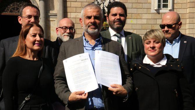 """El portaveu de Cs, Carlos Carrizosa, mostra les instàncies que presentarà a Govern i Ajuntament de Barcelona perquè retirin la """"simbologia part…"""