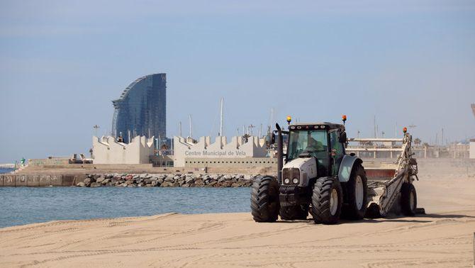 Barcelona obre dilluns les platges a banyistes amb aforament limitat i controls de distància