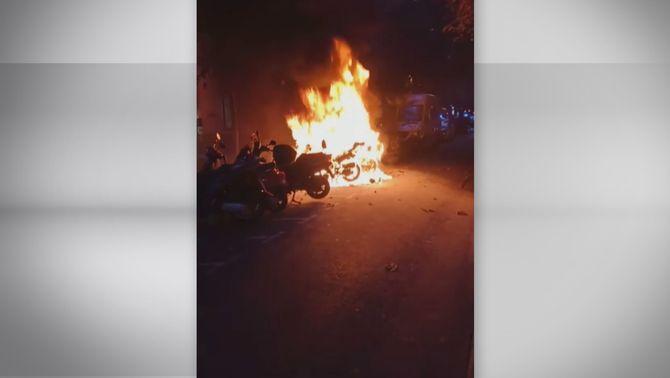 Un incendi d'una moto elèctrica a Barcelona calcina els vehicles del voltant