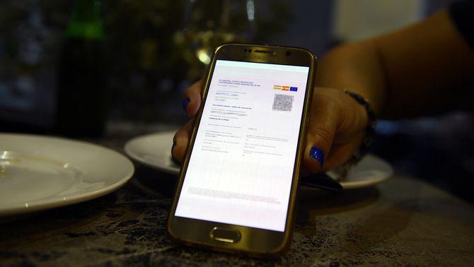 Un certificat digital de vacunació en un telèfon mòbil, a Ourense