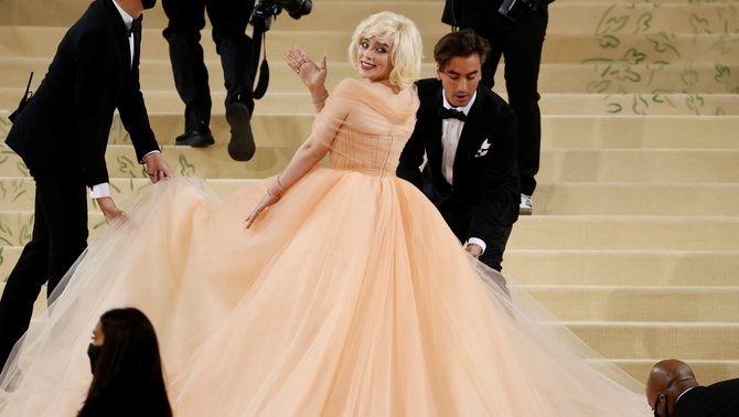 Billie Eilish ha lluït un vestit inspirat en Marilyn Monroe, de la mà de la signatura Óscar de la Renta (Reuters/Andrew Kelly)