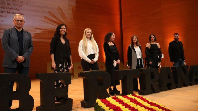 Foto de família dels guanyadors dels premis literaris després de l'acte a l'Auditori