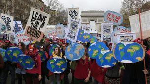 Manifestants a l'Arc de Triomf, a París, en contra del canvi climàtic (Reuters)