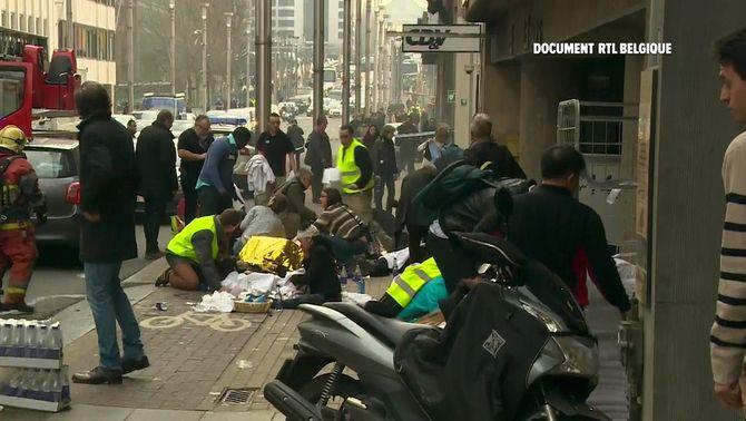Els equips d'emergència atenen els ferits en l'atemptat a l'estació de metro de Maelbeek (Reuters)