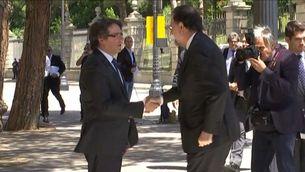 Puigdemont i Rajoy es donen la mà al Saló de l'Automòbil