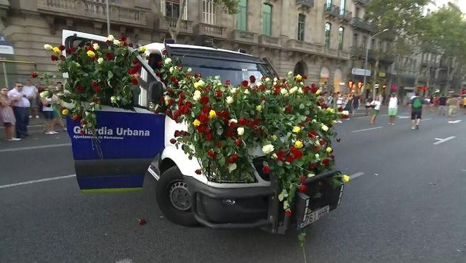 Els manifestants de #NoTincPor omplen de flors les furgonetes de la policia
