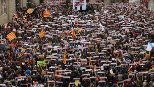 La plaça de sant Jaume s'omple pels drets i la llibertat dels presos (REUTERS)