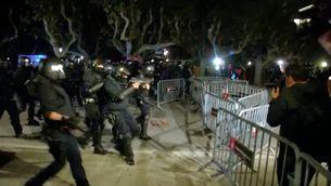Els Mossos desallotgen els manifestants que quedaven a les portes del Parlament