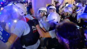 Agents dels Mossos d'Esquadra que no pertanyen a la BRIMO, aquest dilluns, durant els aldarulls a l'exterior del Parlament