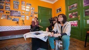 La periodista Teresa Turiera gravant una entrevista a Bòsnia.