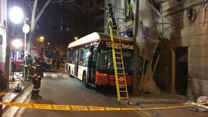 Un dels autobusos ha topat amb una bastida i posa en perill les obres