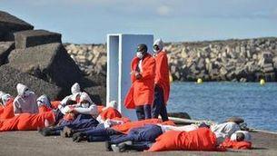 Una pastera amb 48 persones arriba a l'illa d'El Hierro, a les Canàries