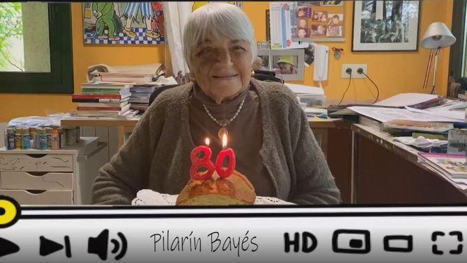 La Pilarín Bayés davant d'un pastís d'aniversari