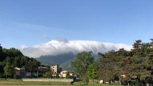 Mar de núvols vessant muntanya avall a la Garrotxa