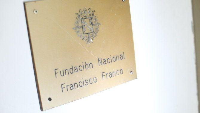 Placa a l'entrada de la seu de la Fundació Francisco Franco