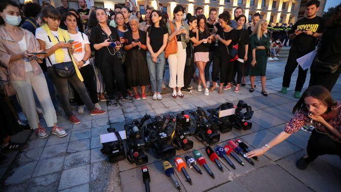 Micros a terra, la protesta dels mitjans de comunicació georgians contra la violència contra els periodistes