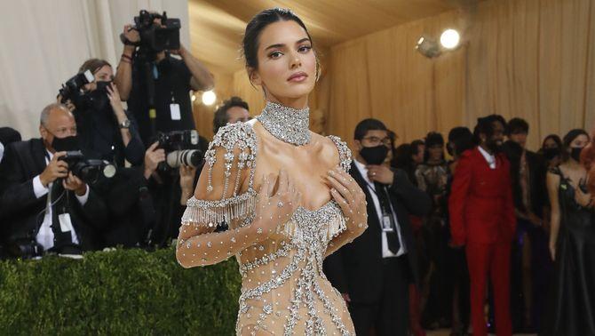 La model Kendall Jenner, amb un vestit completament transparent i amb brillants (Reuters/Mario Anzuoni)