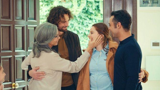 La mare es troba amb tres dels seus fills, a casa del Mahur
