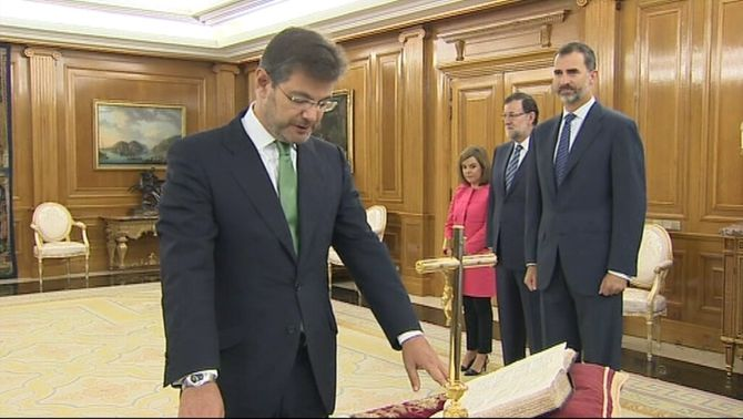 Rafael Catalá jura el càrrec davant del rei Felip VI.