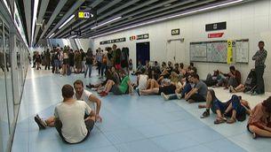 Assistents al festival Sónar esperen l'arribada del metro