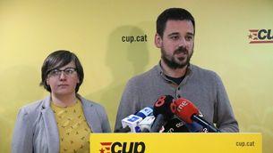 Mireia Boya i Lluc Salellas, durant la roda de premsa que ha fet la CUP aquest dimecres a la nit (ACN)