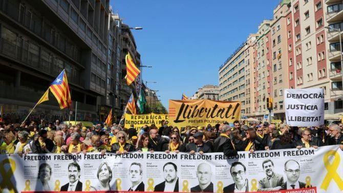 Capçalera de la manifestació del 15A amb els polítics empresonats (ACN)
