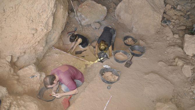 La Cova Gran de Montserrat havia estat habitada per caçadors i recol·lectors del paleolític superior final