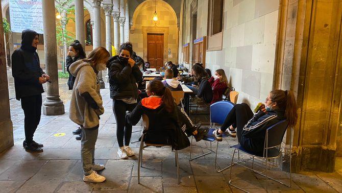 Universitaris ocupen l'edifici central de la UB per denunciar la crisi educativa