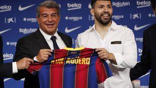 Laporta amb el Kun Agüero durant la presentació de l'argentí. (Reuters)