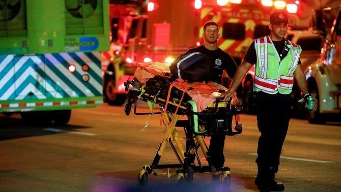 Els equips d'emergència traslladen un ferit en l'ensorrament d'un edifici a Miami Beach