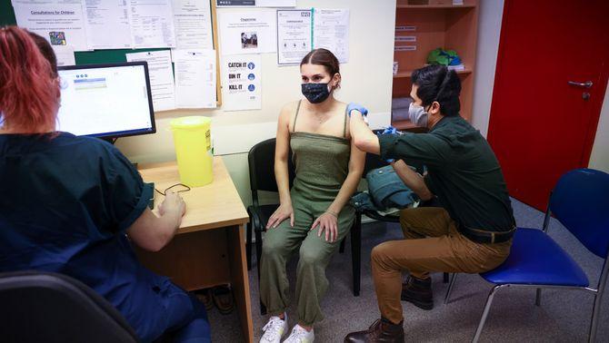 Salut estudia obrir de cop la vacunació als joves de 16 a 29 anys