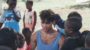 Daniel Illescas, envoltat de nens africans