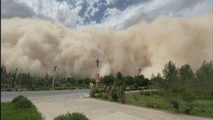 Una gran tempesta de sorra engoleix una ciutat a la Xina