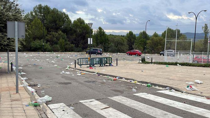 Les restes de brutícia a la Vila Universitària després del macrobotellon a la UAB