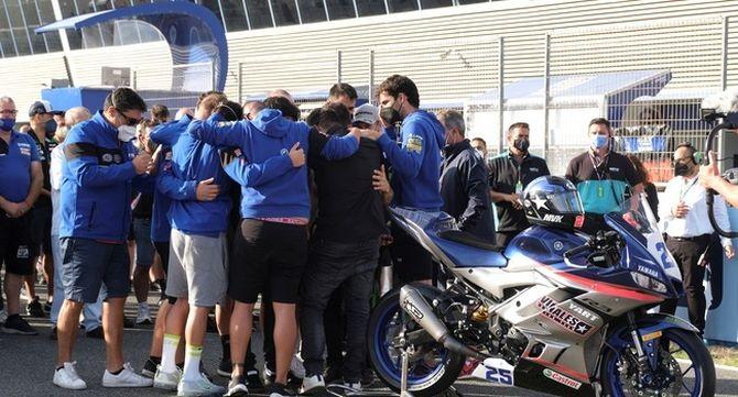 Els membres de l'equp Viñales s'abracen sobre la pista