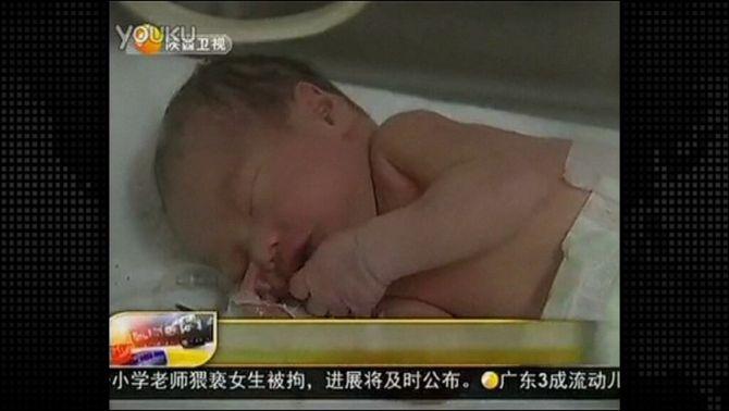 El nadó xinès rescatat amb vida d'una canonada va caure pel forat del vàter en el part