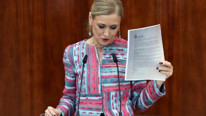 Cristina Cifuentes esgrimint l'acta del màster (EFE)