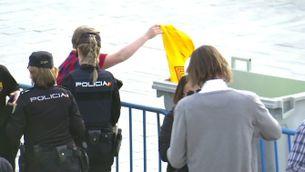 La policia impedeix l'entrada amb samarretes grogues per la independència a la final de Copa