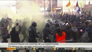 Tensió a Girona en la manifestació dels grups antifeixistes contra la concentració de Vox