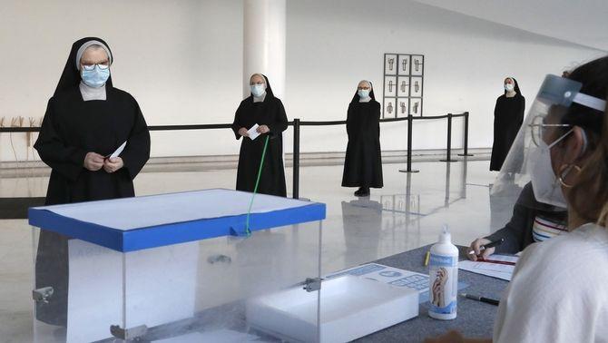 Monges voten amb distància de seguretat a Santiago de Compostela