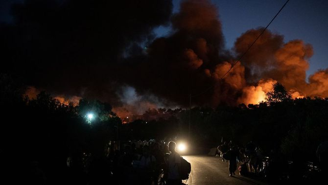 Un altre incendi crema zones del camp de refugiats de Mória que s'havien salvat del foc
